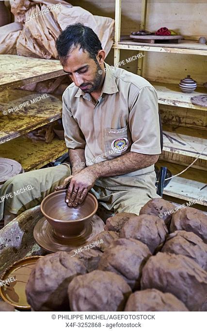 Sultanat d'Oman, gouvernorat de Ad-Dakhiliyah, Bahla, les poteries de Bahla sont réputées dans tout le pays / Sultanate of Oman, Ad-Dakhiliyah Region, Bahla