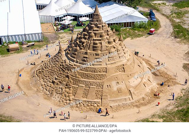 05 June 2019, Mecklenburg-Western Pomerania, Binz: Sand artists are working on a new record castle (aerial photograph with a drone) at the Sand Sculpture...