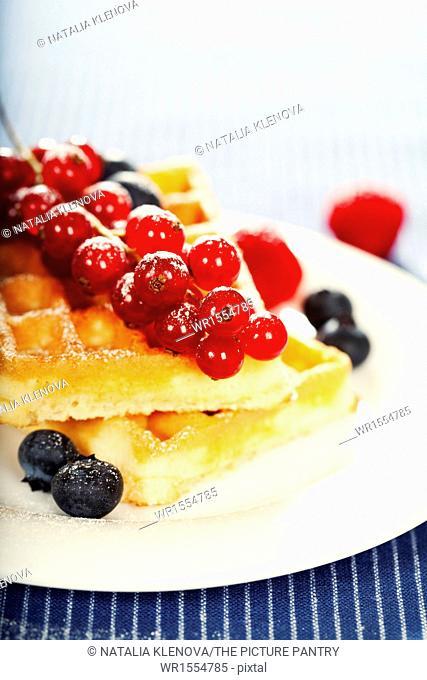 breakfast : waffles with fresh berries