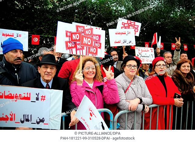 14 December 2018, Tunisia, -: Demonstrators are standing in front of the building where the final meeting of the Truth Commission in Tunisia is taking place