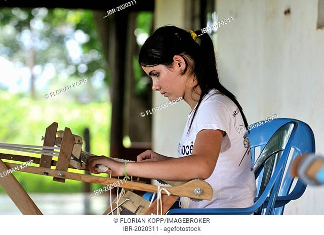 Arts and crafts, young woman weaving table mats from dried banana leaves, settlement of the Movimento dos Trabalhadores Rurais sem Terra landless movement, MST