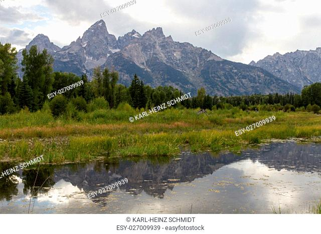 Snake River am Schwabachers Landing mit Teton Gebirge im Hintergrund. Snake river at Schwabachers Landing with Teton Range in the background