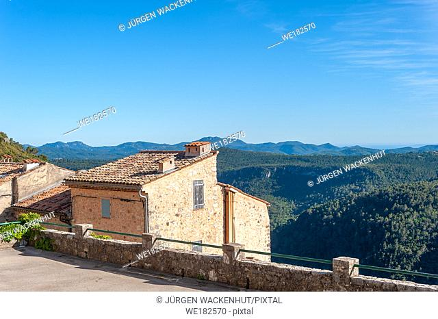 Townscape with surrounding landscape, Saint-Cezaire-sur-Siagne, Alpes-Maritim, Provence-Alpes-Cote d`Azur, France, Europe