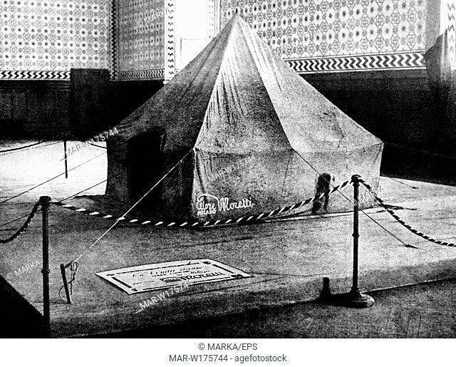 la tenda rossa della spedizione di umberto nobile e progettata dall'ingegnere felice trojani all'interno della quale trovarono rifugio i superstiti...