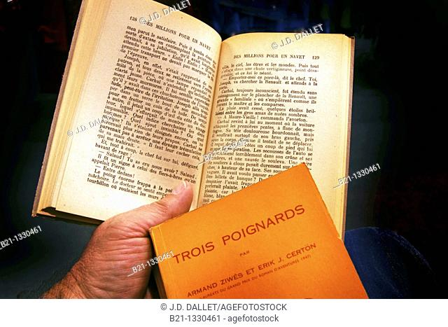 Reading a crime novel in French, France