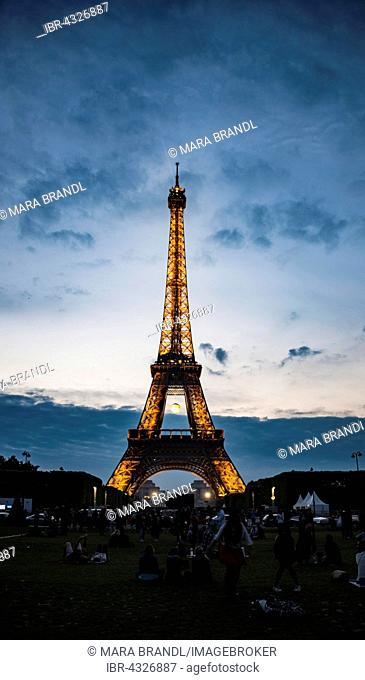 Eiffel Tower at dusk, Tour Eiffel, SETE – illuminations Pierre Bideau, Paris, Ile-de-France, France