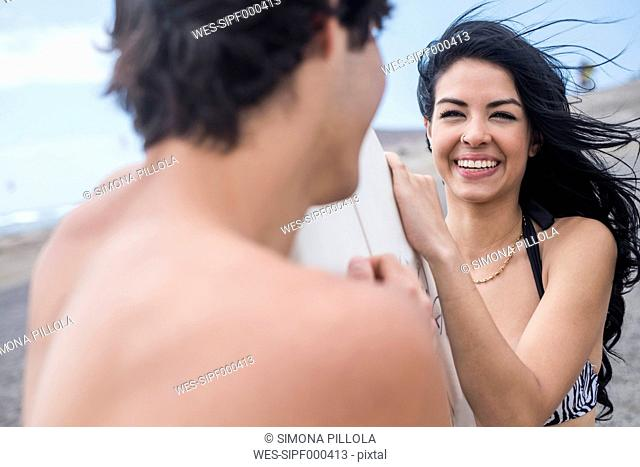 Portrait of smiling of young woman face to face to her boyfriend