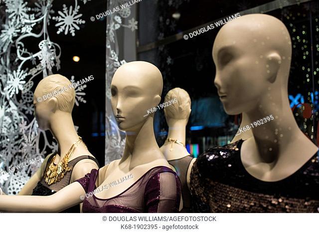 Manekins in a store window