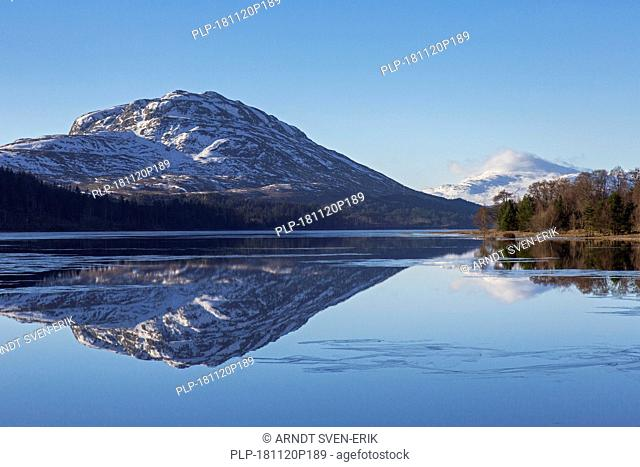 Loch Laggan and snow covered mountain Creag Meagaidh near Dalwhinnie in the Scottish Highlands in winter, Lochaber, Highland, Scotland, UK