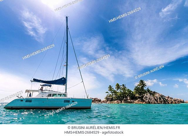 Seychelles, cabotage on a catamaran to St. Pierre islet near Praslin and its remarkable lagoon