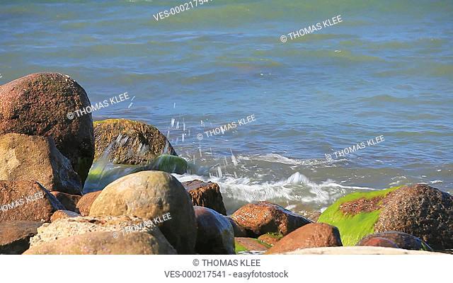 Wellen brechen sich an der Ostseek?ste