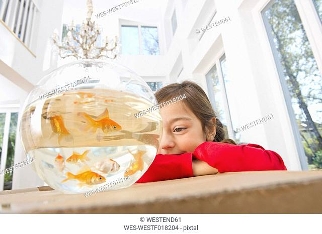 Germany, Bavaria, Grobenzell, Girl with goldfish bowl, smiling