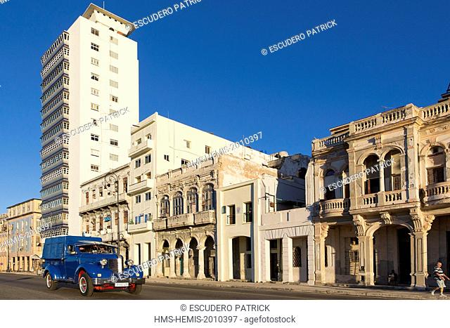 Cuba, La Habana, american car on the Malecon