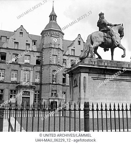 Der Marktplatz mit dem Jan Wellem Reiterdenkmal in der Altstadt von Düsseldorf, Deutschland 1930er Jahre. Main market with equestrian sculpture of elector Jan...