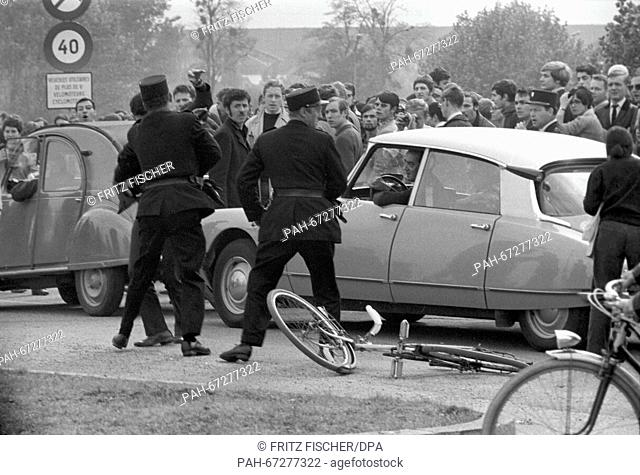 Students approach the border checkpoint Kehl, while a French border official and a student beat each other up. Daniel-Cohn Bendit's attempt to enter France...