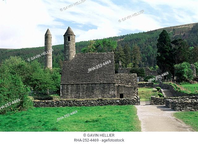 Monastic gateway, round tower dating from 10th to 12th centuries, Glendalough, Wicklow Mountains, County Wicklow, Leinster, Eire Republic of Ireland, Europe