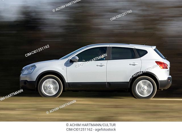 Nissan Qashqai 2.0 4WD Tekna, model year 2007-, silver, driving, side view, country road