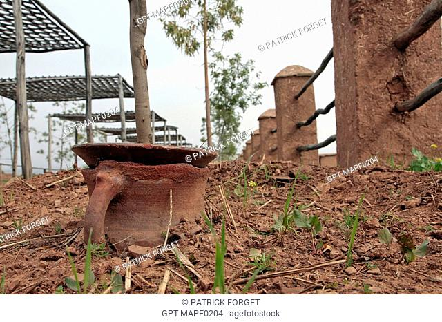POTTERY ALLOWING FOR THE ECONOMIC WATERING OF PLANTS THROUGH DIFFUSION, TERRES D'AMANAR, TAHANAOUTE, AL HAOUZ, MOROCCO