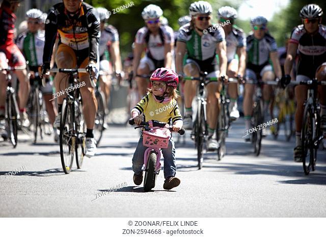 Eine junge Teilnehmerin nimmt mir einem Laufrad am Nachwuchsrennen Dicke Reifen teil. Das Nachwuchsrennen lief ueber eine Runde mit 1100 m Laenge