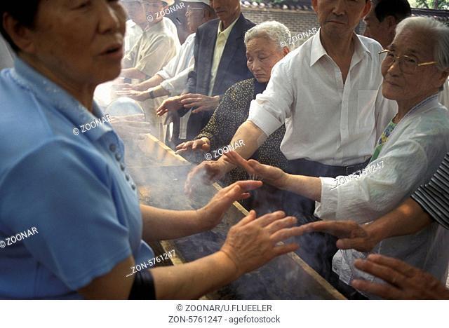 Senioren bei einer Akupunktur Zeremonie im Zentrum in der Hauptstadt Seoul in Suedkorea in Ost Asien