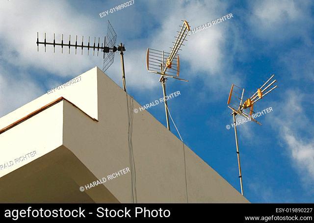 Rundfunkantennen auf einem Hausdach