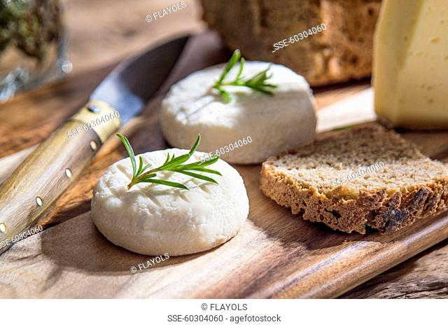 Goat's cheese and sliced brown bread
