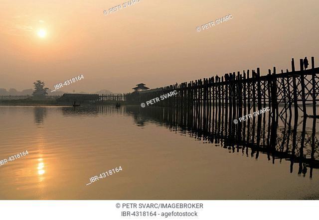 Sunrise over the U Bein Bridge crossing the Taungthaman Lake, the longest teakwood footbridge in the world, Amarapura near Mandalay, Myanmar