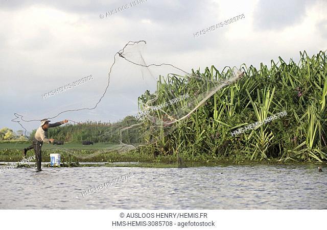 Thailand, Phatthalung, Thale Noi, Fisherman with cast net