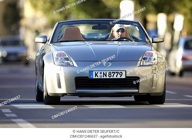 Car, Nissan 350 Z Roadster, model year 2003-, silver, Convertible, open top, driving, diagonal from the front, frontal view, City