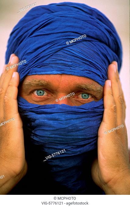 Tuareg mit blauem Tuch und blauen Augen 2005 - Marakesh, Morocco, 14/10/2005