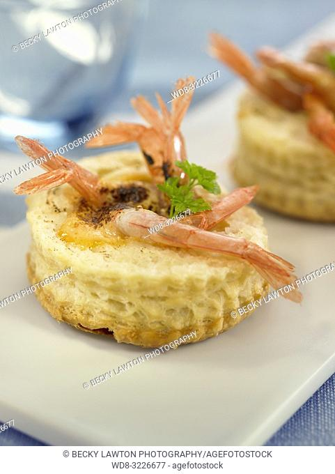 tartaletas de gambas con huevo / tartlets with prawns and egg