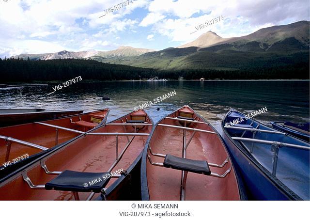 canoes on a beach of Maligne Lake, Jasper Nationalpark - JASPER NATIONALPARK, ALBERTA, KANADA, 01/08/2004