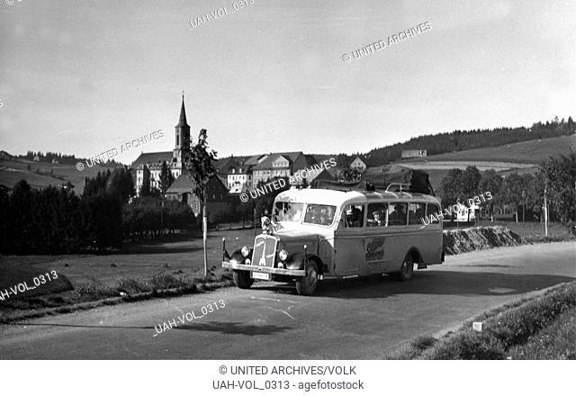 Reisebus der Heimatfreunde Köln vor Schönwald im Schwarzwald, Deutschland 1930er Jahre. Coach of Heimatfreunde club of Cologne near Schoenwald at Black Forest