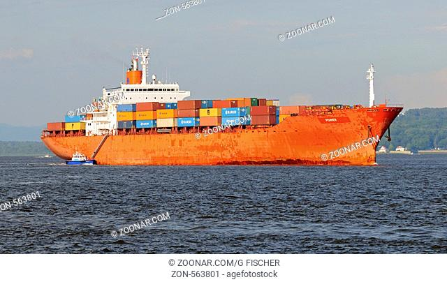 Containerschiff Power der Reederei Hanjin mit Lotsenboot auf dem St. Lorenz-Strom bei Quebec City, Kanada / Cargo ship Power opertated by the shipping company...