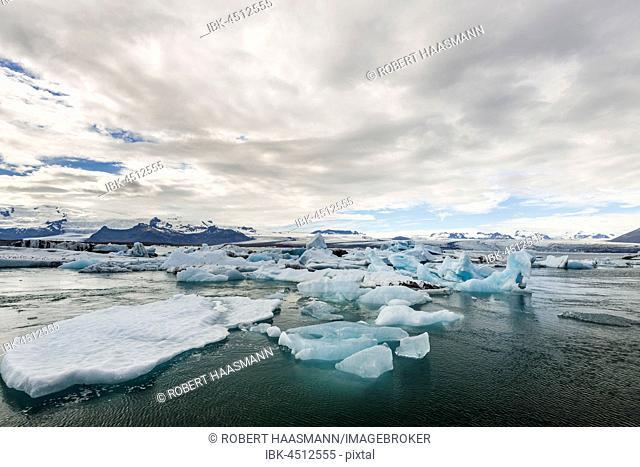 Floating icebergs in the glacier lagoon Jökulsarlon, rear glacier tongue of the Vatnajökull, Iceland