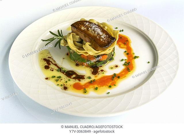 Plato de Ensalada de invierno con pasta fresca, foie y aceite de tomate (Winter salad with fresh pasta, foie gras and tomato oil)