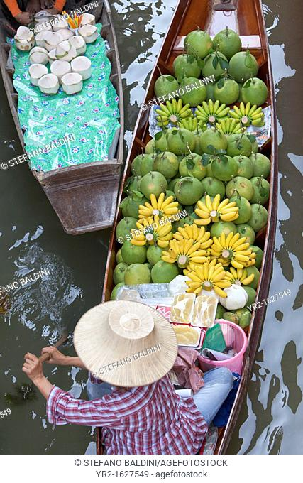 Boats at the Damnoen Saduak floating market near Bangkok, Thailand