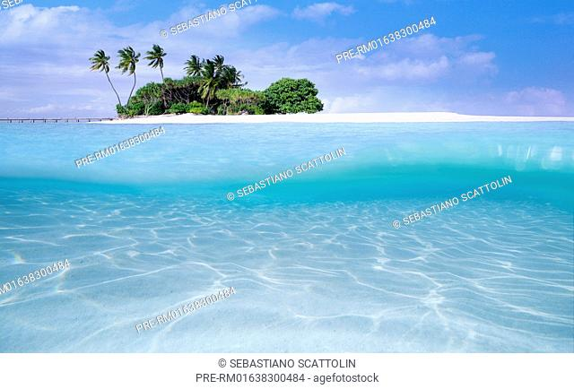 Tropical island near the resort of Ellaidhoo, Republic of Maldives, Asia / Tropische Insel bei Ellaidhoo, Republik Malediven, Asien