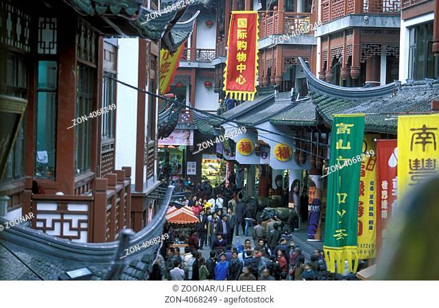 Eine Marktstrasse in der Innenstadt der Stadt Shanghai in China in Ostasien