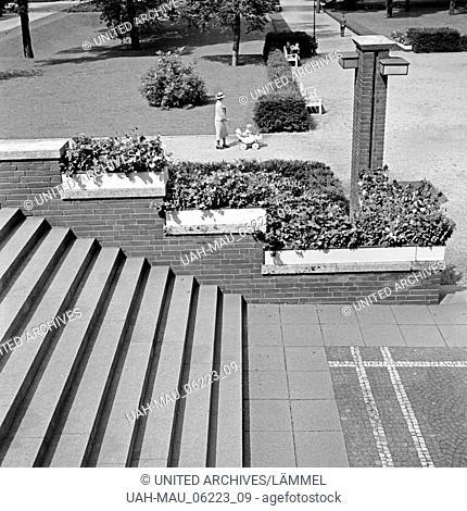 Eine Frau schiebt ihren Kinderwagen durch den Grillopark in Oberhausen, Deutschland 1930er Jahre. A woman with her pram strolling through the Grillo park at...