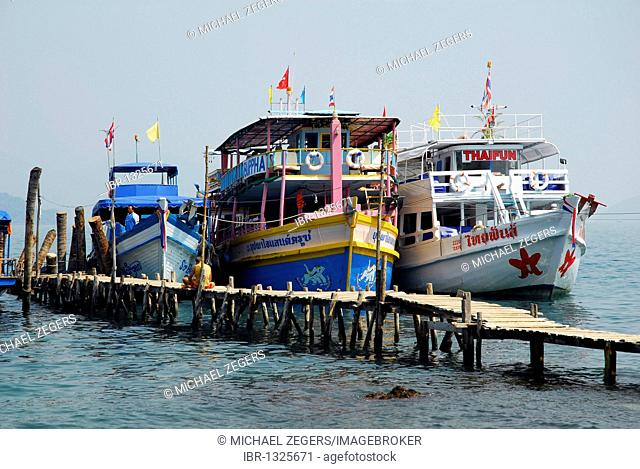Excursion boats in front of Koh Wai Island, Koh Chang archipelago, National Park Mu Ko Chang, Trat, Gulf of Thailand, Thailand, Asia