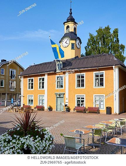 Radhuset (town hall) Radhustorget Square, Osthammar, Uppsala County, Sweden, Scandinavia. Swedish flag flying from the town hall in pedestrianised square