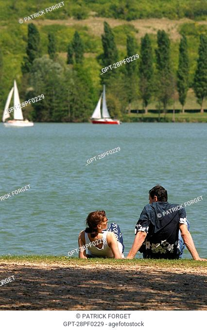 SAILBOATS AND RELAXING, THE LAKE IN MEZIERES-ECLUZELLES, EURE-ET-LOIR 28, FRANCE