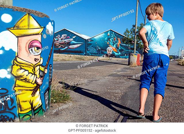 CHILDREN IN FRONT OF THE GRAFFITI (SEASHEPHERD) ON THE OLD WAREHOUSES OF THE DOCK BASINS, BATACLAN QUARTER, CITY OF BORDEAUX, GIRONDE (33), FRANCE