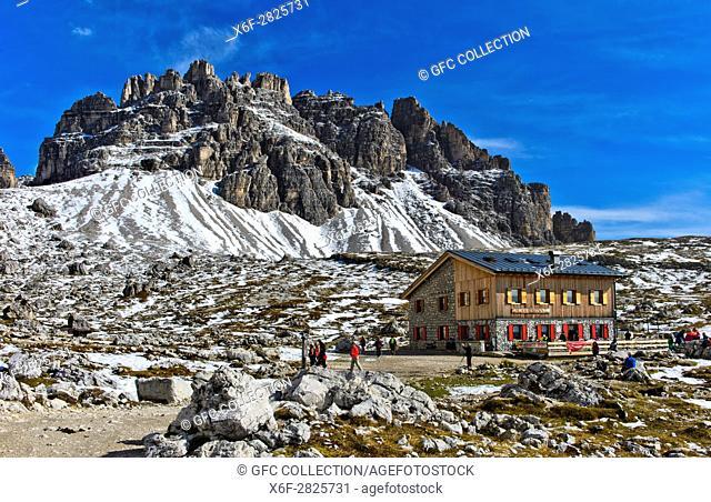 Berghütte Rifugio Lavaredo, Lavaredohütte, am Drei-Zinnen-Wanderweg, hinten der Gipfel Passportenkofel, Croda Passaporto, Sextner Dolomiten, Südtirol