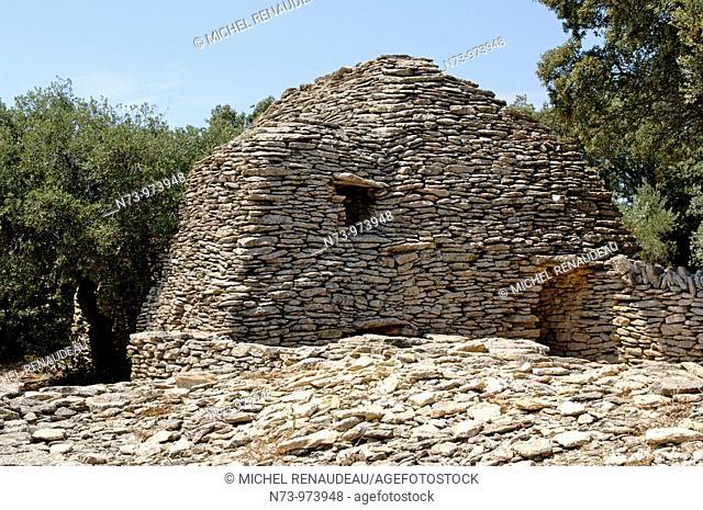 France, Provence, Luberon, Gordes, Le village Les Bories restauré avec des cabanes gauloises en pierre sèche
