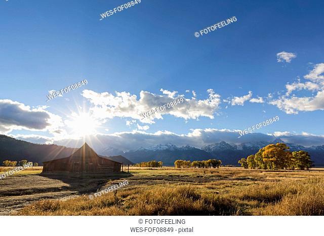 USA, Wyoming, Grand Teton National Park, Jackson Hole, T. A. Moulton Barn in front of Teton Range