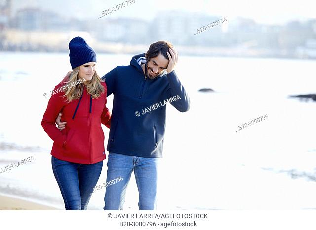 Couple on the beach, Santa Clara Island, La Concha Bay, Donostia, San Sebastian, Gipuzkoa, Basque Country, Spain, Europe, Winter