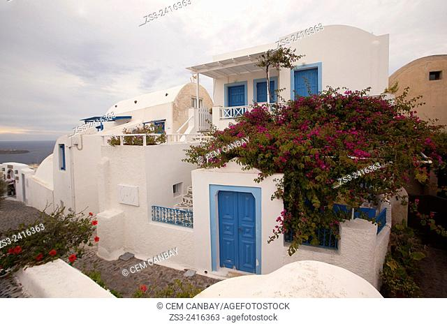 Whitewashed houses with traditional Cyclades architecture by the cliff in Oia town, Santorini, Cyclades Islands, Greek Islands, Greece, Europe