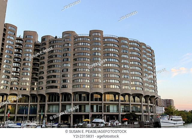 River City, a condominium building designed by Bertrand Goldberg Associates and completed in 1986. Chicago, Illinois, United States